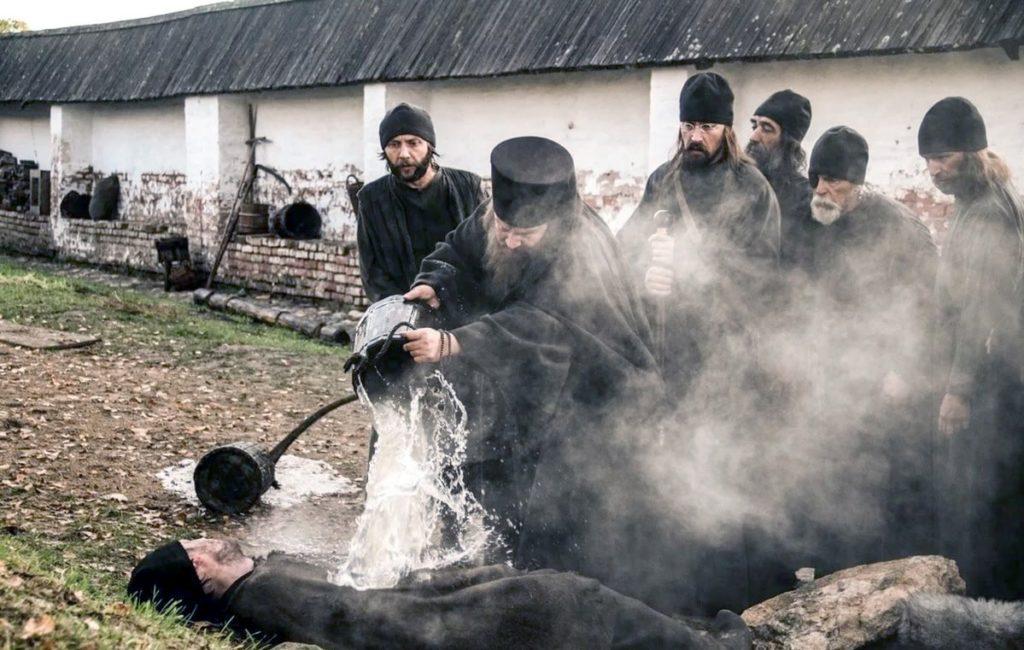 поливает монаха